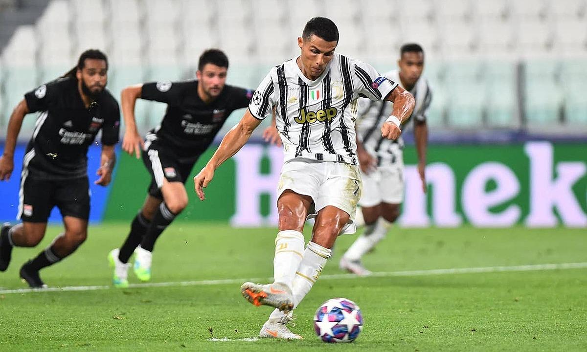 Ronaldo đá phạt đền gỡ hòa 1-1. Ảnh: Reuters.