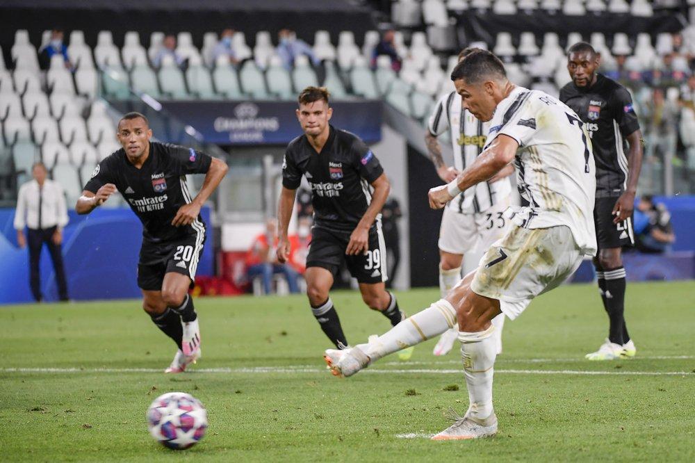 Ronaldo lập cú đúp nhưng không cứu nổi Juventus. Ảnh: AP.