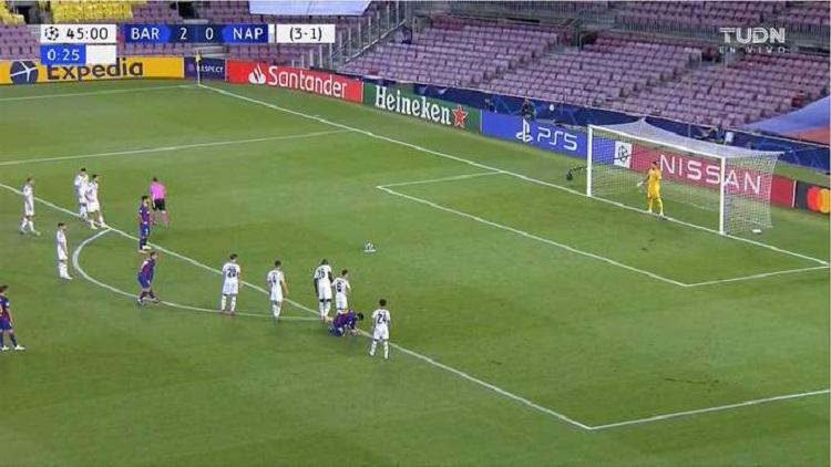 Messi buộc dây giày trong lúc Suarez đá phạt đền...