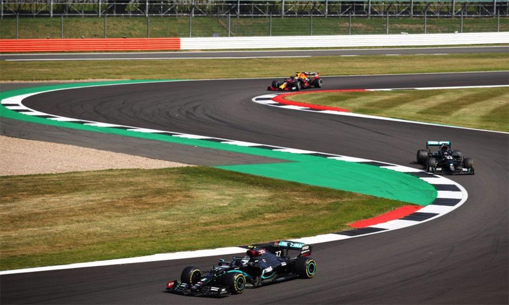 Verstappen xuất phát thứ tư, nhưng nhanh chóng vươn lên rồi vượt qua hai chiếc W11 để giành chiến thắng tại Silverstone. Ảnh: F1.