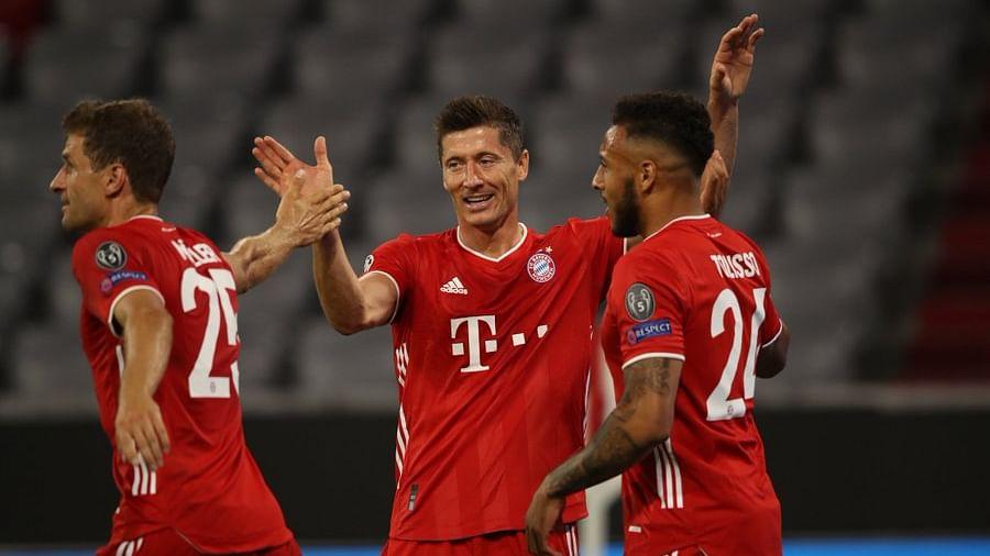 Muller (trái) chia vui với Lewandoski trong trận thắng Chelsea ở lượt về vòng 1/8 Champions League tối 9/8.