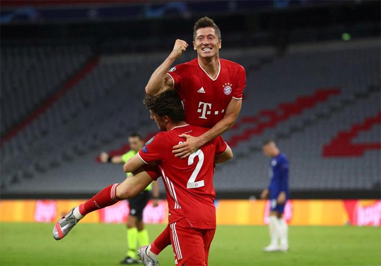 Lewandowski ăn mừng cùng đồng đội trong trận thắng Chelsea 4-1 ở lượt về vòng 1/8 Champions League.