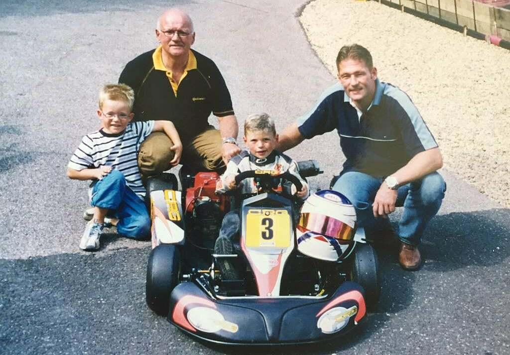 Max (ngồi trong xe) cùng bố Jos Verstappen (phải). Ảnh: Reddit.