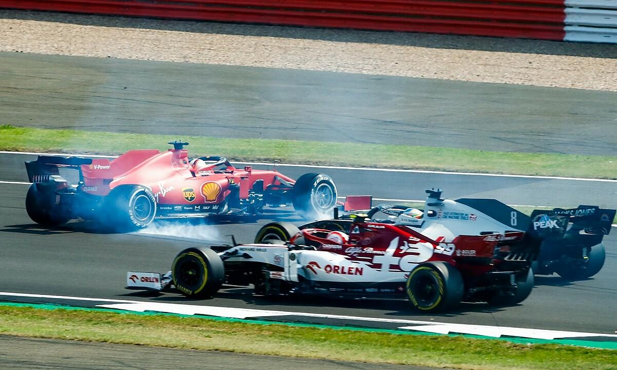 Chiếc xe của Vettel (trái) bị xoay vòng ở góc cua đầu tiên sau khi xuất phát. Ảnh: XPB.