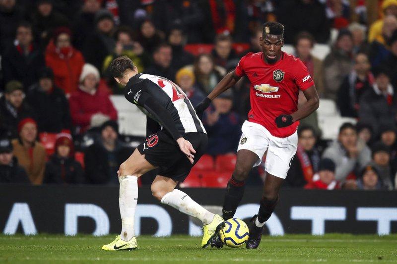 Pogba (đỏ) nhiều lúc được cho là muốn rời Man Utd. Ảnh: AP.