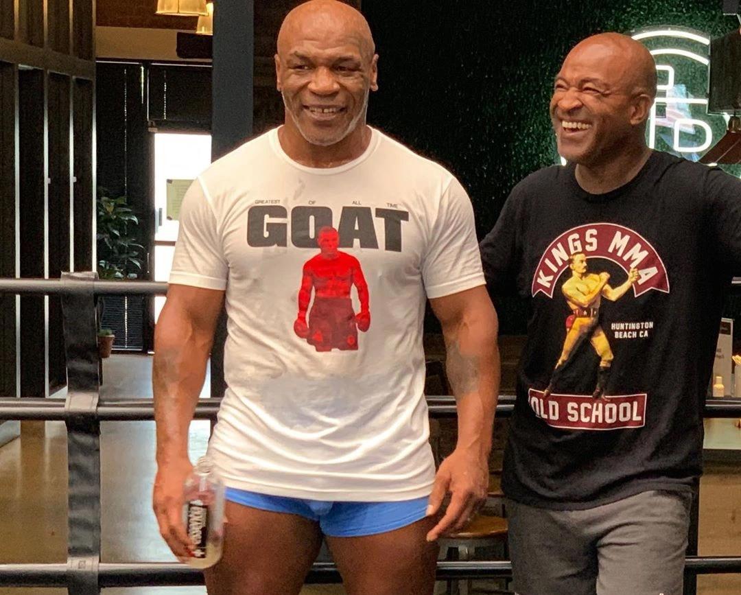 Mike Tyson (trái) bên bạn tập, một cựu HLV MMA. Ảnh: Instagram.