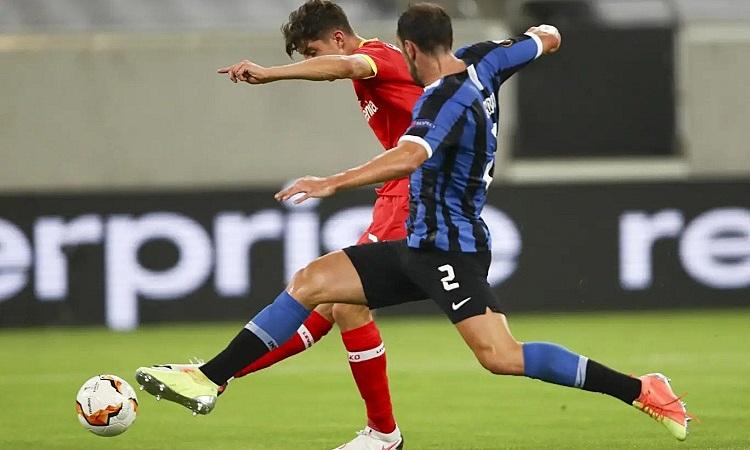 Havertz rút ngắn tỷ số cho Leverkusen. Ảnh: AP.