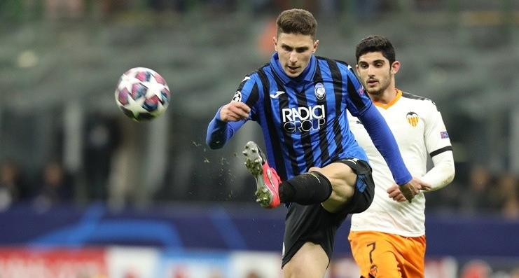 Mattia Caldara (áo xanh - đen) là một trong những sản phẩm nổi tiếng của Bortolotti, vươn lên giành chỗ đứng ở đội một, cùng Atalanta vào tứ kết Champions League mùa này. Ảnh: ANSA.