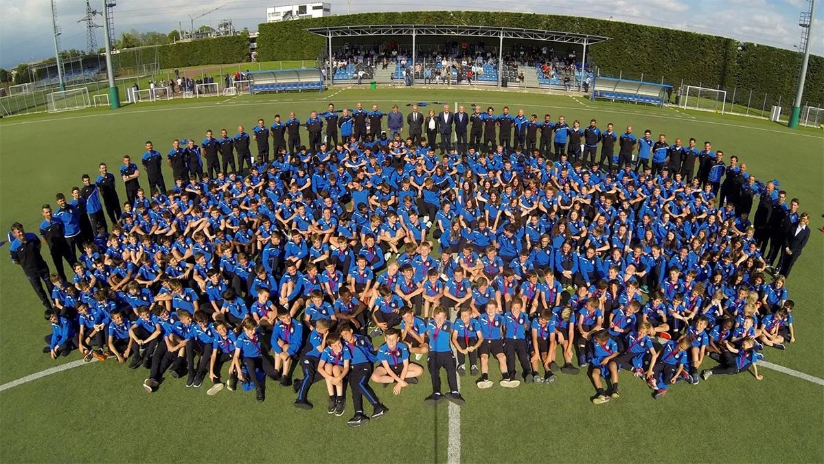 Các học viên trẻ ưu tú của Bortolotti chụp ảnh cùng toàn thể đội một Atalanta trên sân tập Bortolotti. Ảnh: La Republica.