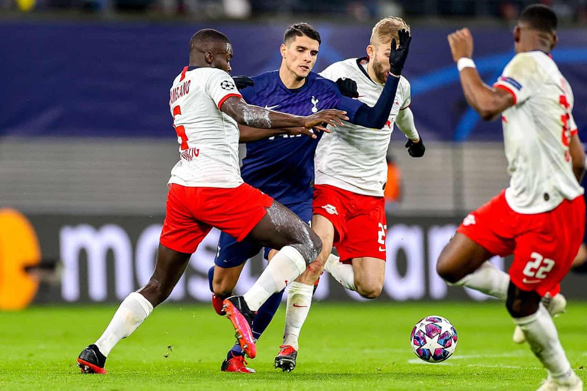 Leipzig (áo trắng) cũng gây tiếng vang khi loại đội vào chung kết mùa trước - Tottenham - ở vòng 1/8. Ảnh: Reuters.