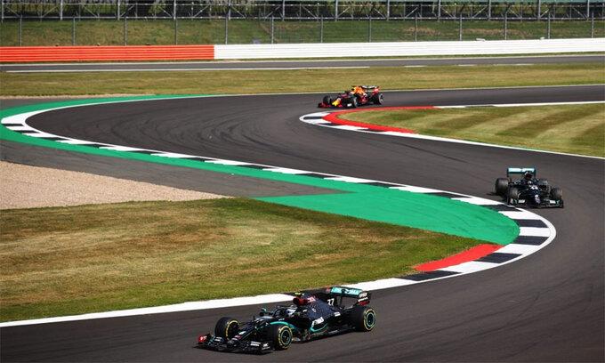 Hai chiếc W11 xuất phát trước, nhưng lại bị Verstappen ở phía sau vượt mặt trại Grand Prix 70 năm F1. Ảnh: F1.