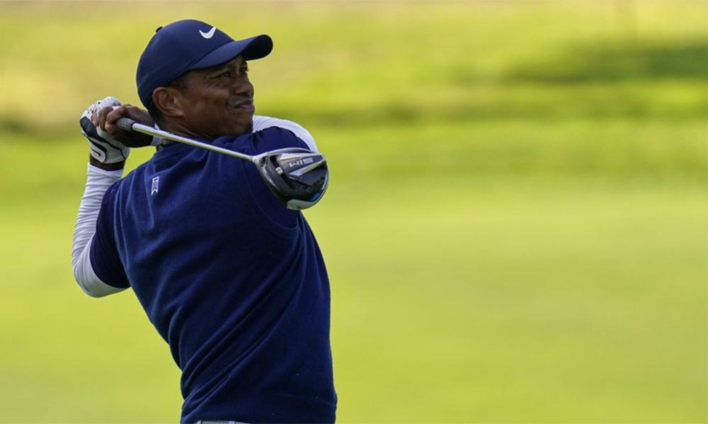 Tiger Woods dõi theo cú đánh ở hố chín vòng ba PGA Championship trên sân TPC Harding Park, San Francisco hôm 8/8. Ảnh: AP.