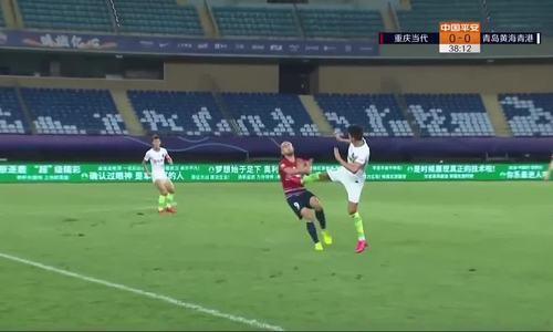 Cầu thủ Trung Quốc đạp thẳng bụng đối thủ