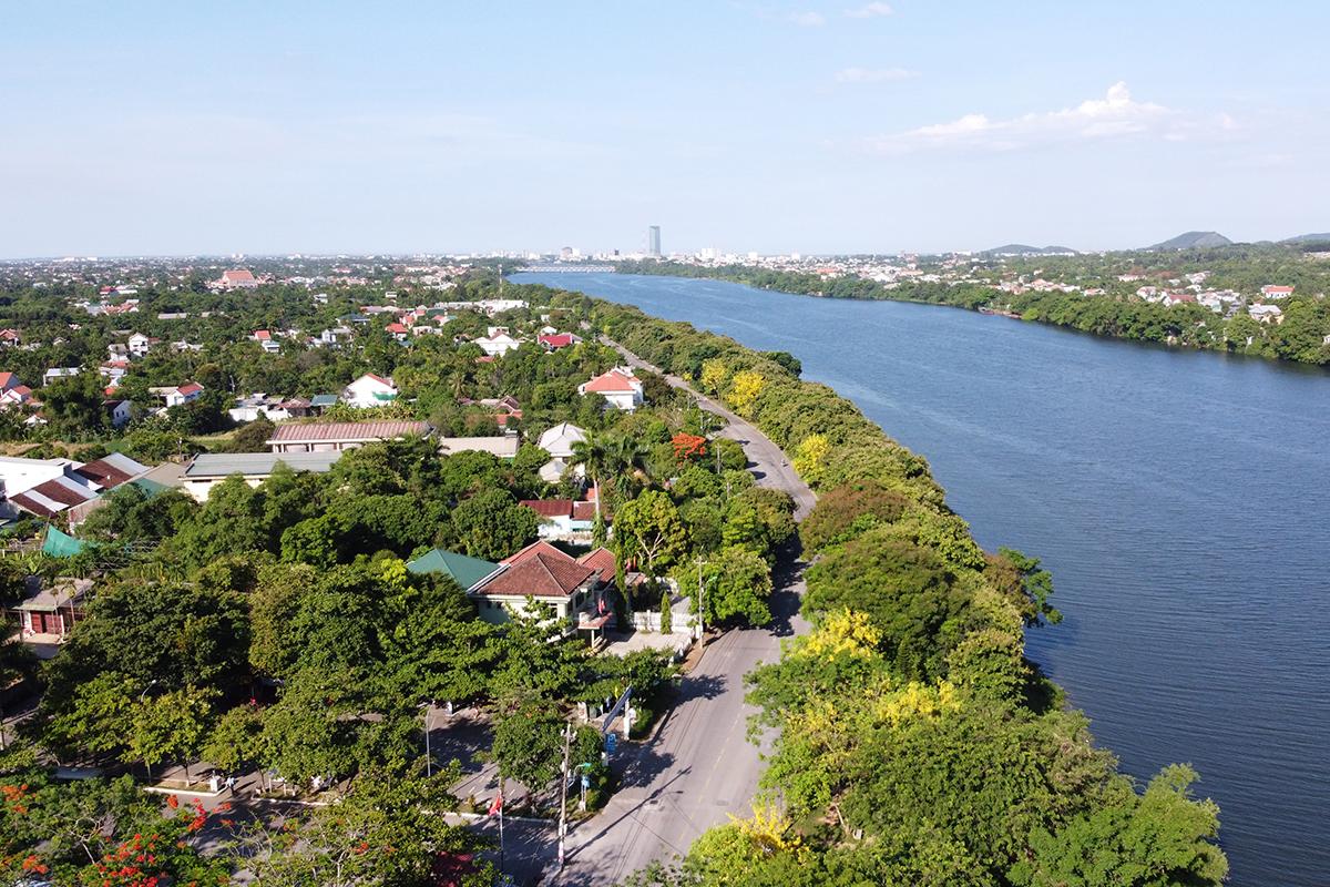Tuyến đường Kim Long nối dài với đường Nguyễn Phúc Nguyên nằm bên dòng Hương là một trong những cung đường tại VnExpress Marathon Huế 2020. Ảnh: Võ Thạnh.