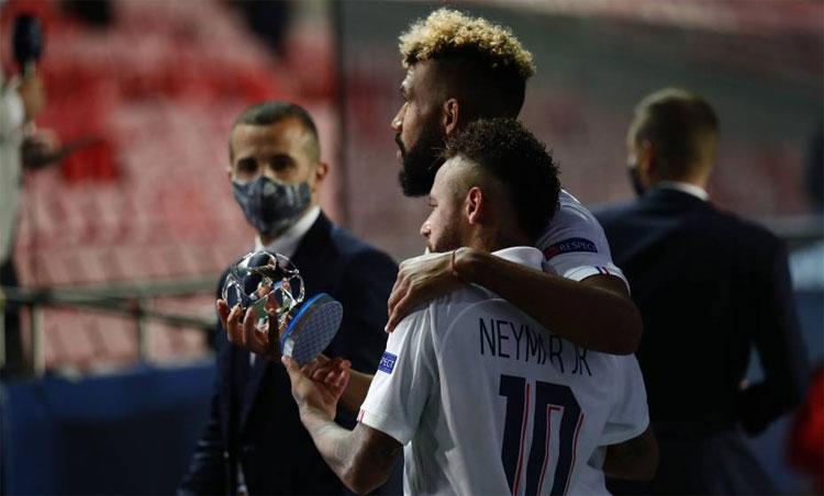 Neymar và Choupo-Moting cùng nâng danh hiệu cá nhân. Ảnh: RMC Sport.