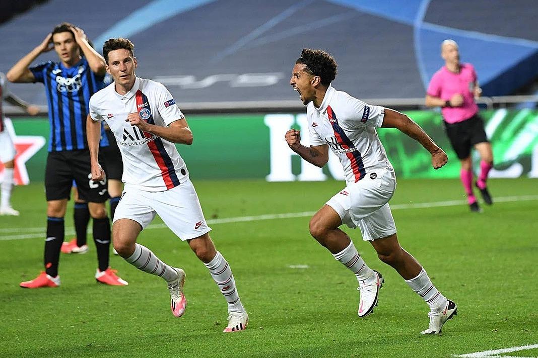 Marquinhos (phải) gỡ hòa cho PSG ở phút bù giờ đầu tiên. Ảnh: Reuters.
