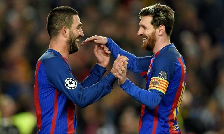 Turan (trái) từng ghi dấu ấn cuối năm 2016, khi là cầu thủ Barca thứ 6 lập hat-trick ở Champions League, sau Messi, Ronaldinho, Rivaldo, Etoo và Neymar. Ảnh: AFP.