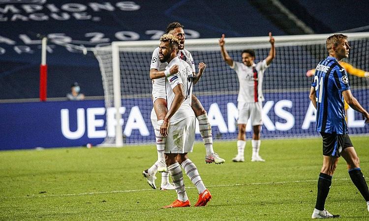 Choupo-Mouting chia vui với Neymar sau khi ghi bàn. Ảnh: PSG.