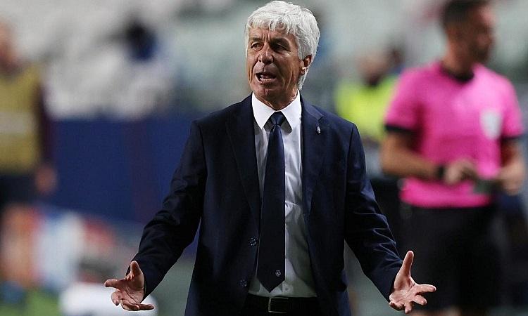 Gasperini đau đớn khi đội nhà để thua ở thời gian bù giờ. Ảnh: Reuters.