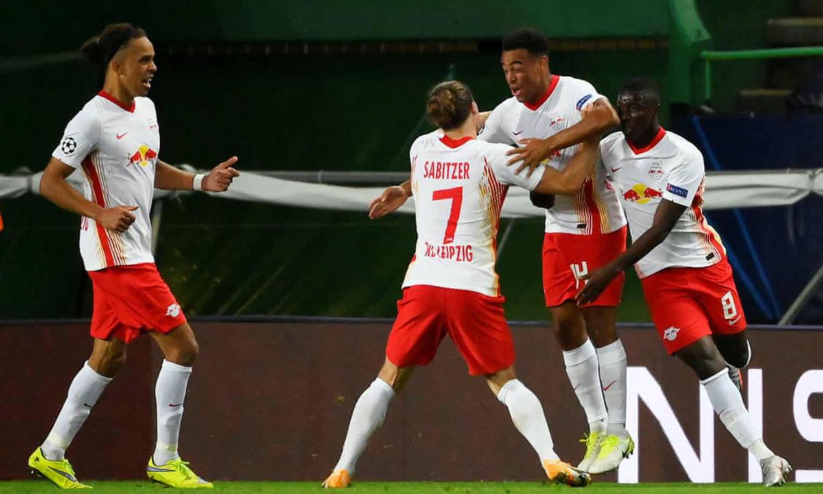 Tyler Adams (số 14) ấn định tỷ số thắng 2-1 cho Leipzig ở cuối trận. Ảnh: Reuters.