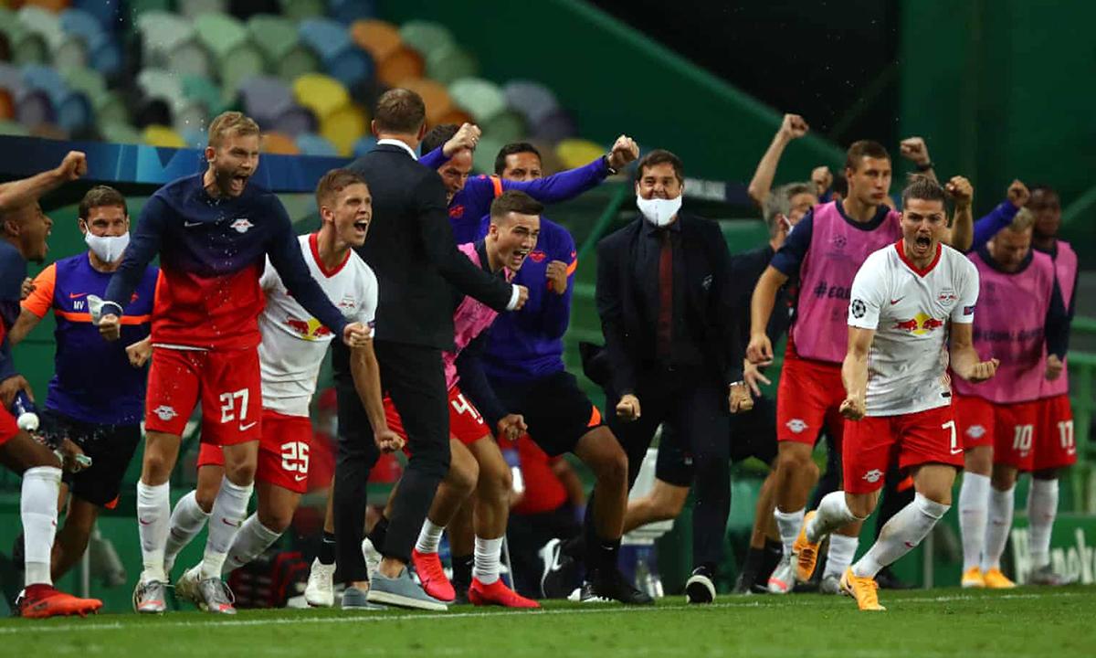 Niềm vui của ban huấn luyện và các cầu thủ Leipzig sau khi vào bán kết Champions League tối 13/8. Ảnh: UEFA.