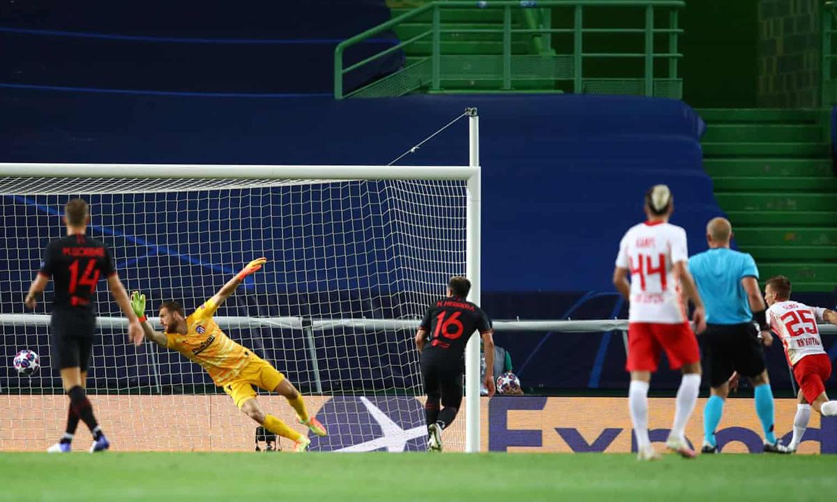 Dani Olmo (số 25) mở tỷ số đầu hiệp hai bằng cú đánh đầu cận thành. Ảnh: UEFA.