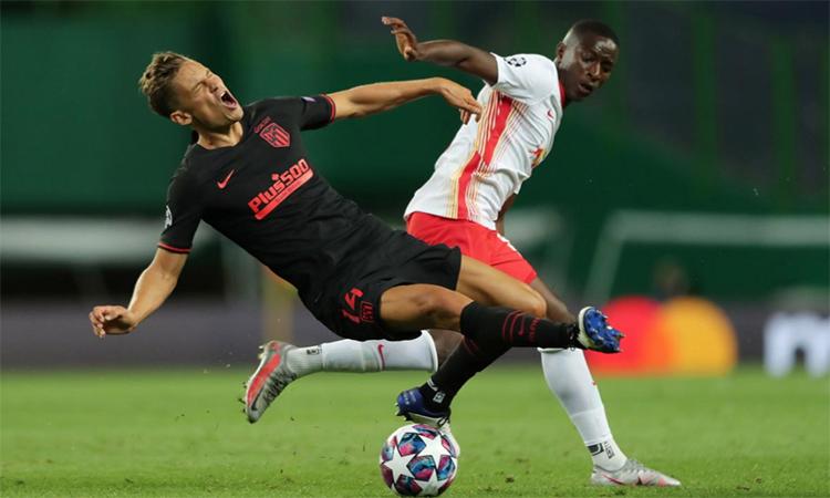 Amadou Haidara của RB Leipzig tranh chấp với Marcos Llorente trong trận tứ kết tại Lisbon hôm 13/8. Ảnh: Reuters.
