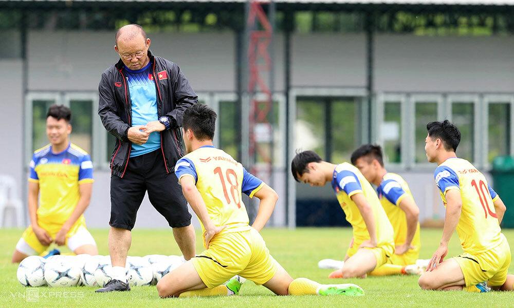HLV Park Hang-seo trên sân tập cùng tuyển Việt Nam trước thềm AFF Cup 2018. Ảnh: Đức Đồng.