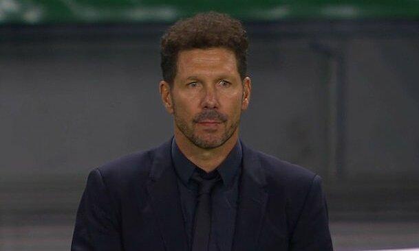 Simeone thẫn thờ sau khi Atletico bị loại ở tứ kết Champions League bởi đội bóng lần đầu đá knock-out Champions League. Ảnh chụp màn hình.