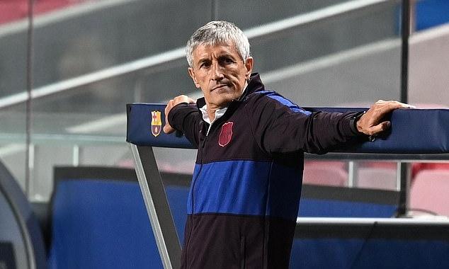 Setien trầm ngâm ngoài đường biên, nhìn học trò nhận 8 bàn thua. Ảnh: UEFA.