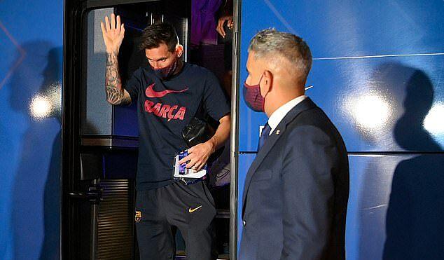 Messi giơ tay giữa những tiếng la ó của các CĐV Barca. Ảnh: AFP.
