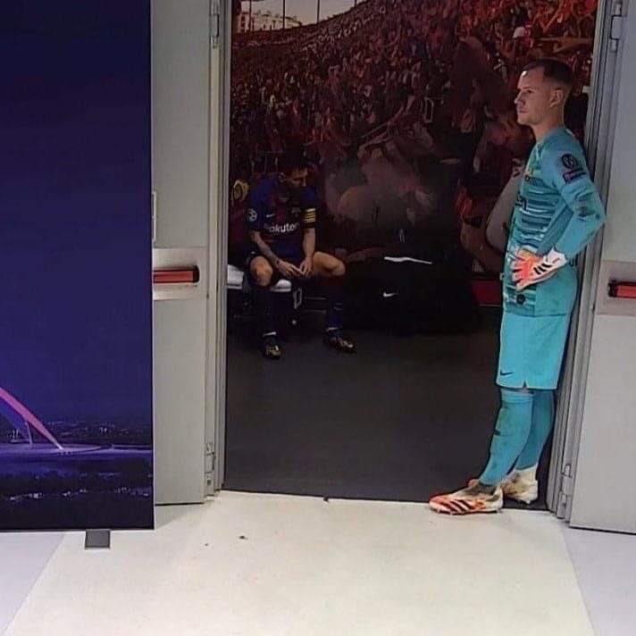 Messi buồn bã nhìn xuống sàn nhà, còn thủ thành Ter Stergen tựa cửa trong giờ nghỉ giải lao trận gặp Bayern. Ảnh: Twitter.