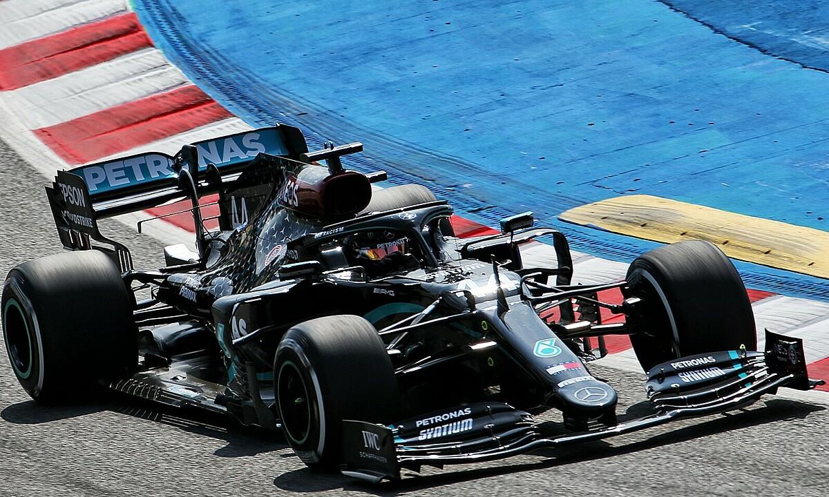 Hamilton đua thử ở Catalonia hôm 14/8 với lốp cứng. Ảnh: XPB.
