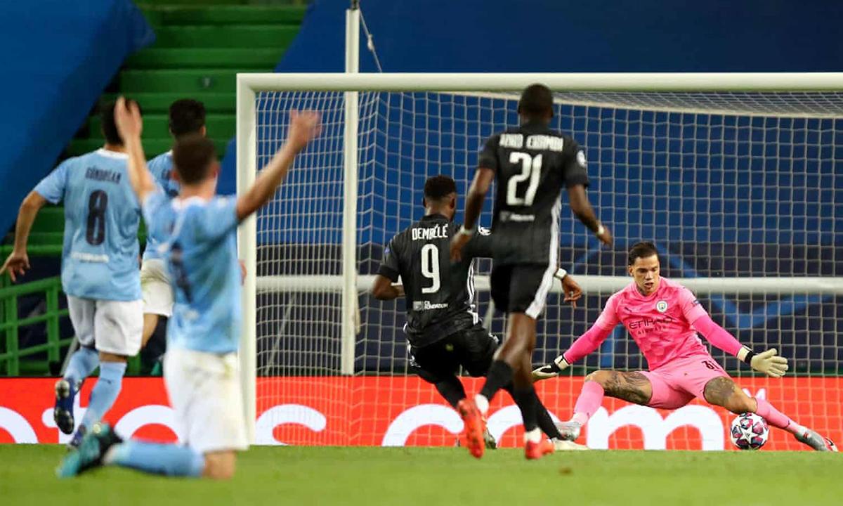Khi Dembele nâng tỷ số lên 2-1, Laporte vẫn quỳ trên sân, giơ tay báo lỗi của tiền đạo Lyon. Tuy nhiên, trọng tài chính công nhận bàn thắng cho đội bóng Pháp. Ảnh: UEFA.