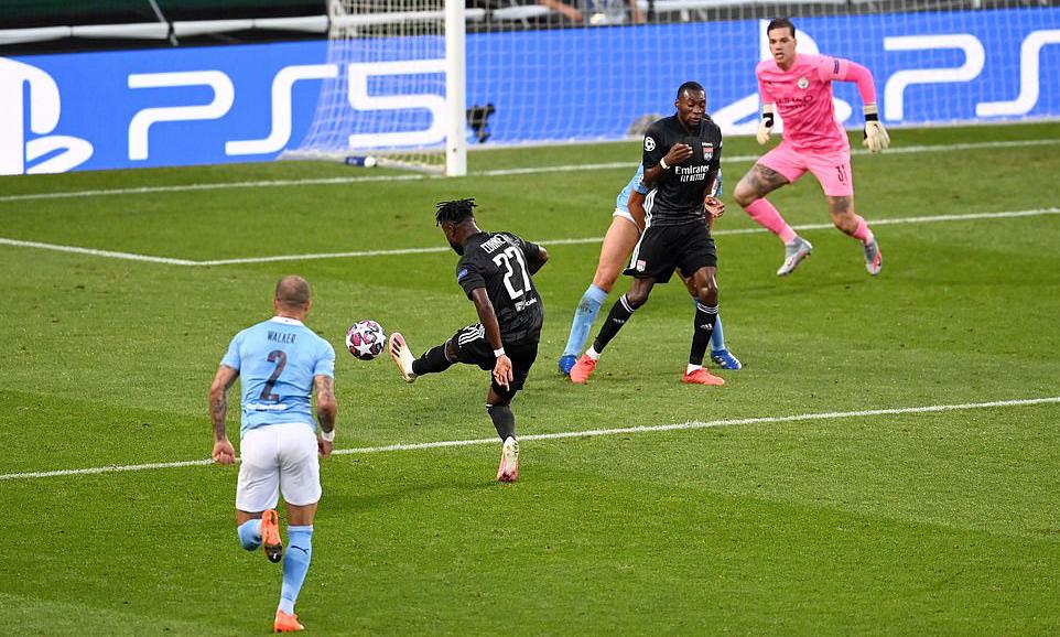 Cornet (áo đen) mở tỷ số bằng cú cứa lòng vào góc gần, khi Ederson bị khuất tầm nhìn. Ảnh: UEFA.