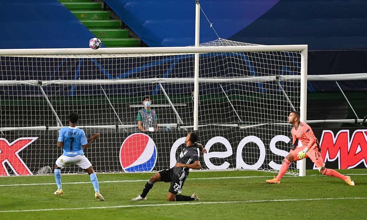 Sterling đệm bóng ra ngoài từ cự ly hơn 5m, khiến Man City lỡ cơ hội gỡ hòa 2-2.