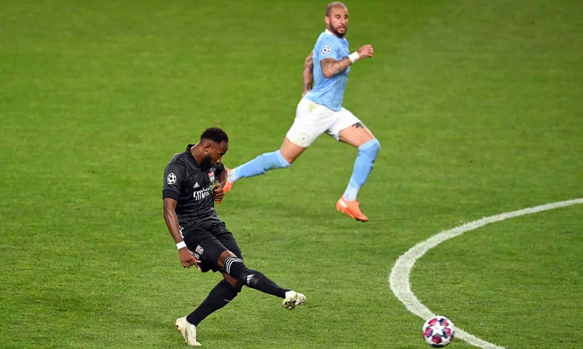 Dembele cứa lòng, đưa bóng qua chân thủ môn Ederson, nâng tỷ số lên 2-1. Ảnh: UEFA.