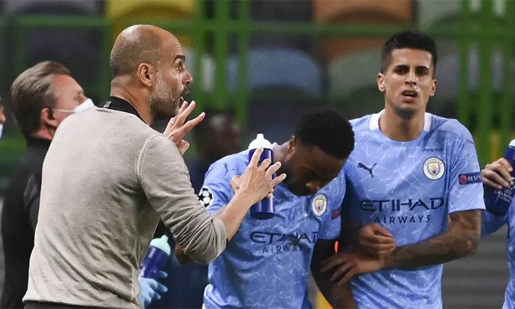 Guardiola chỉ đạo các cầu thủ trong trận tứ kết Man City - Lyon trên sân Jose Alvalade hôm 15/8. Ảnh: AP.