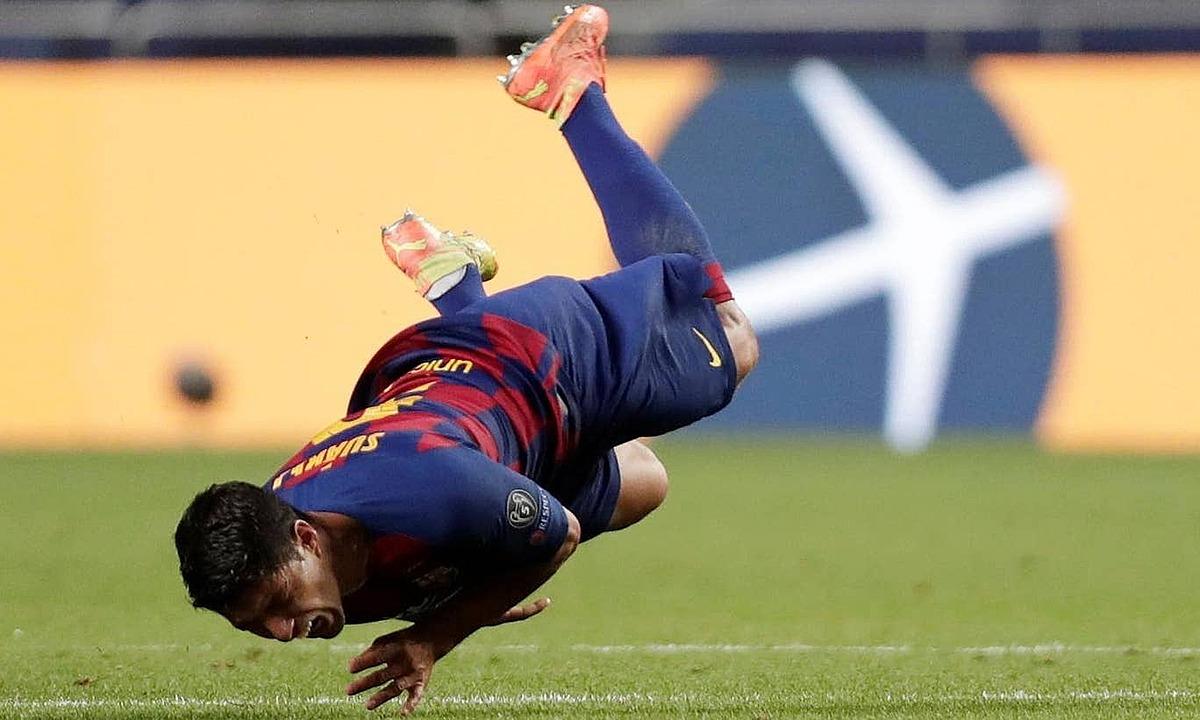Suarez cô đơn trên hàng công Barca.