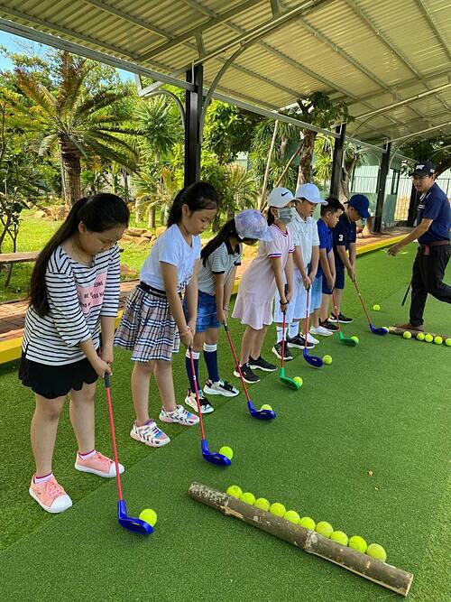 Các học viên làm quen golf bằng gậy nhựa và bóng tennis ở KGA.