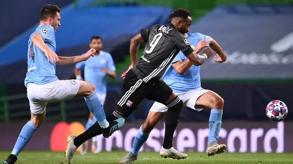 Laporte (trái) khi bị Dembele vượt qua trong tình huống tiền đạo Lyon nâng tỷ số lên 2-1 trước Man City hôm 14/8. Ảnh: AFP.