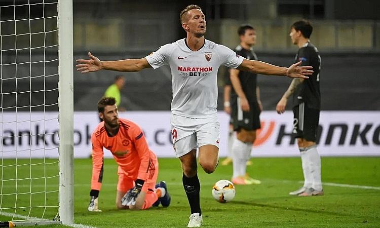De Jong ghi bàn ấn định tỷ số khi một mình giữa năm cầu thủ Man Utd trong vòng cấm. Ảnh: Reuters.