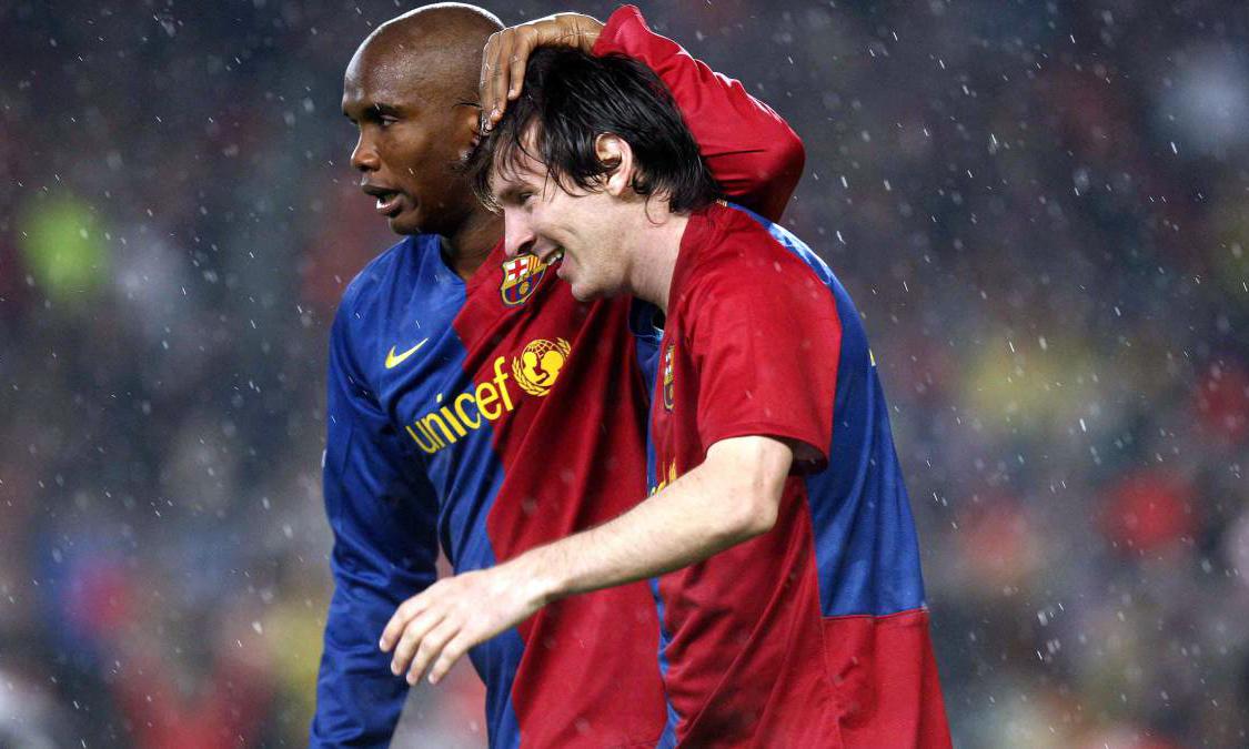 Etoo (trái) từng chơi bóng 5 năm cùng Messi và hai lần vô địch Champions League. Ảnh: EFE.