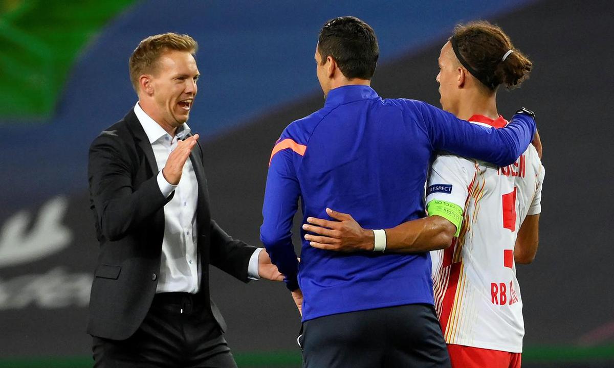 HLV Nagelsmann (trái) xuống chia vui cùng tiền đạo Poulsen (phải) sau khi hạ Atletico ở tứ kết. Ảnh: Reuters.