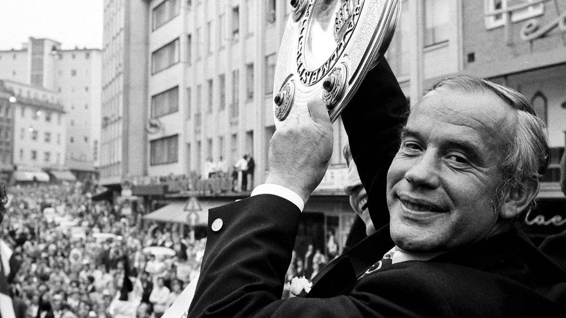 Cố HLV Hennes Weisweiler sinh 1919, mất 1983, bốn lần vô địch Bundesliga, đoạt ba DFB Pokal, và là nhà cầm quân giàu thành tích bậc nhất của bóng đá Đức thập niên 1970. Ảnh: WEREK.