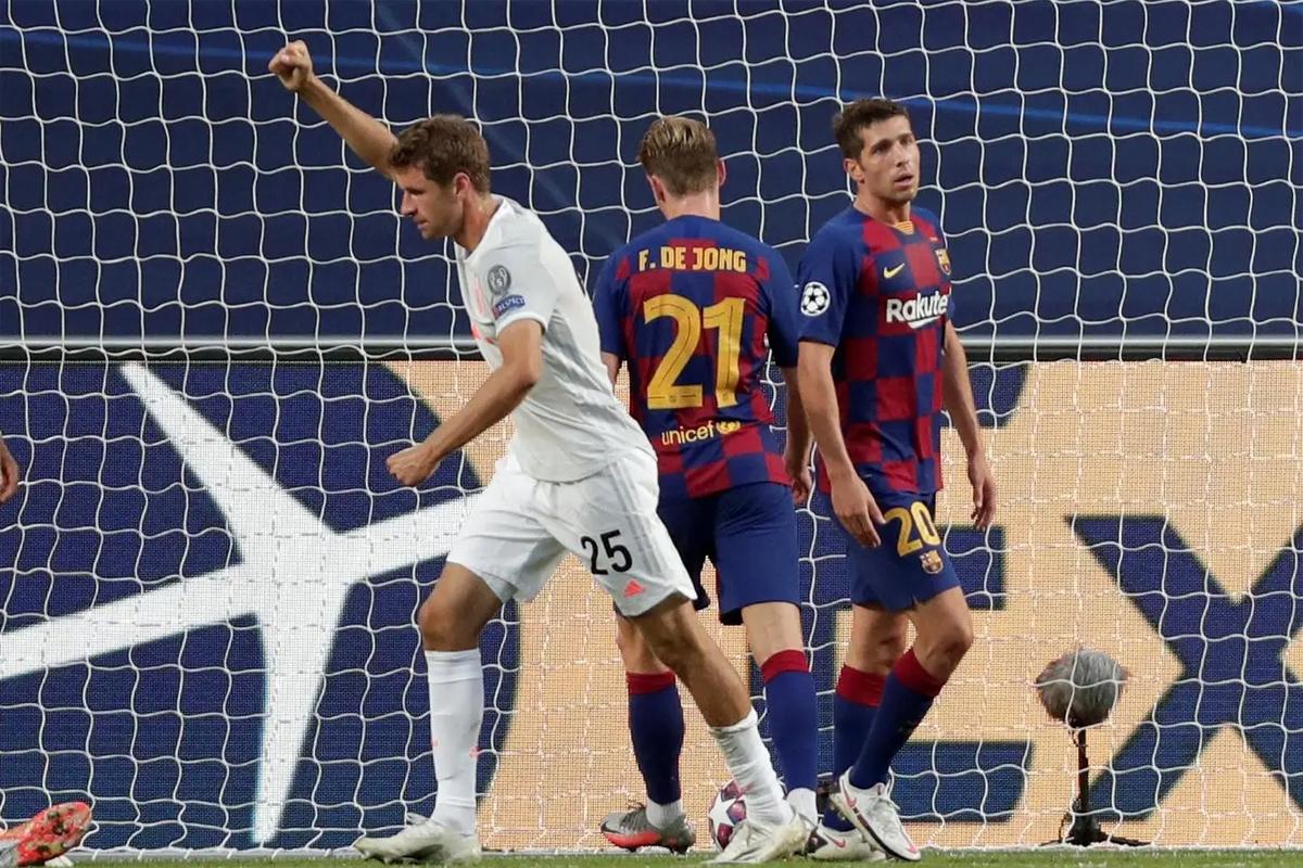 Hàng thủ Barca một lần nữa gặp ác mộng trước Muller trong trận tứ kết trên sân Da Luz hôm 14/8. Ảnh: Reuters.