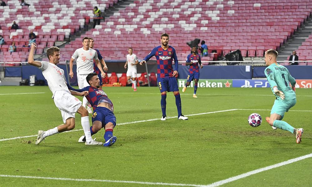 Muller trong tình huống xâm nhập cấm địa, ghi bàn thứ hai của riêng anh khi Bayern hạ Barca 8-2 ở tứ kết Champions League hôm 14/8. Ảnh: FCB.de.