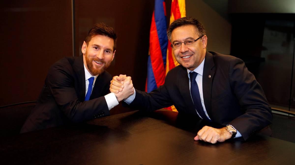 Bartomeu và Messi trong buổi ký hợp đồng tháng 11/2017. Ảnh: AS.