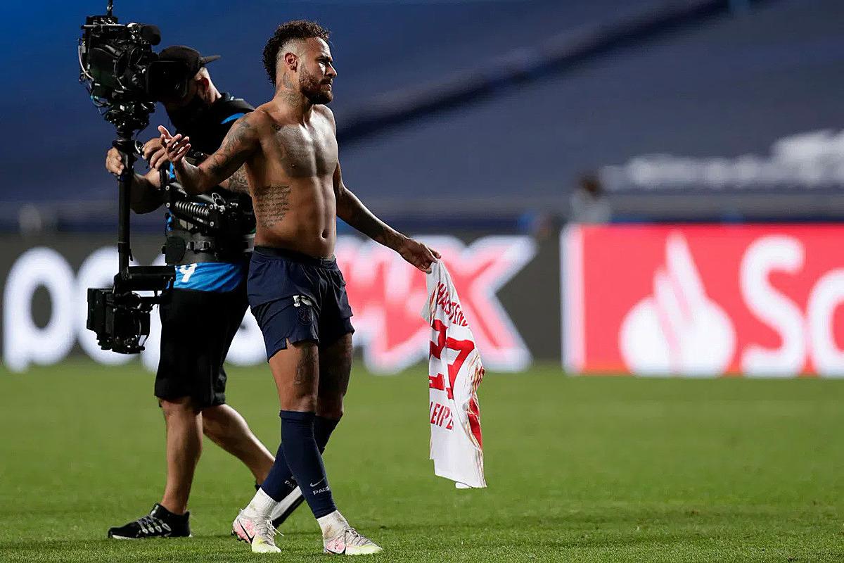 Neymar sau khi đổi áo cho Halstenberg. Ảnh: AP.