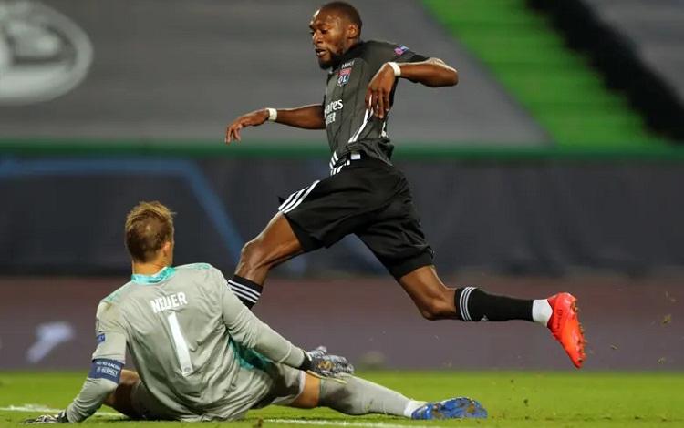 Ekambi bỏ lỡ hai cơ hội đối mặt với Neuer. Ảnh: AFP.